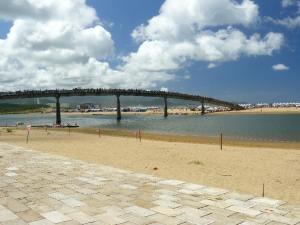 Die Strandzunge, das Festivalgelände, ist nur über eine Brücke erreichbar.