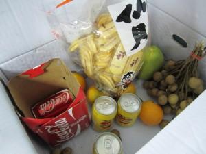 ... am Abend wird ein Teil der Opfergaben den Mitarbeitern als Erfrischung angeboten: Pomelo, Drachenaugen (ähnelt etwas den Litschis), Orangen, Reiscracker, Apfellimonade und Kola