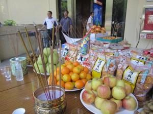 Auf dem Opfertisch verschiedene Obstsorten, hier Kiwis, Pomelos, Orangen, Äpfel und Drachenaugen