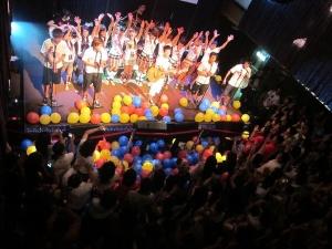 (Foto: Suming) Konzert in Taipei:  Suming nimmt oft Jugendliche aus seinem Dorf mit auf zu Auftritten und Konzerten