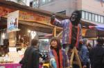 manche Händler stehen auf einer Leiter in der Mitte der Straße und versuchen, Kunden anzulocken
