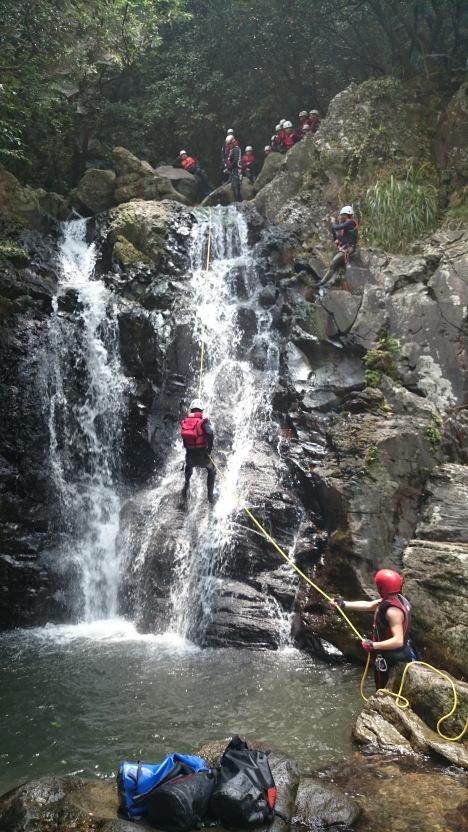 Klettern mitten im Wasserfall