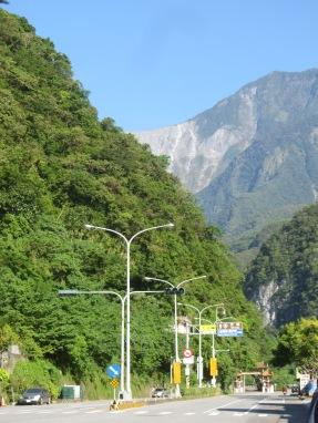 In dem Ort Xincheng markiert ein kleines Tor im asiatischen Stil den Eingang zur Taroko Schlucht. Danach geht es auf engen Straßen die Schlucht hinauf.